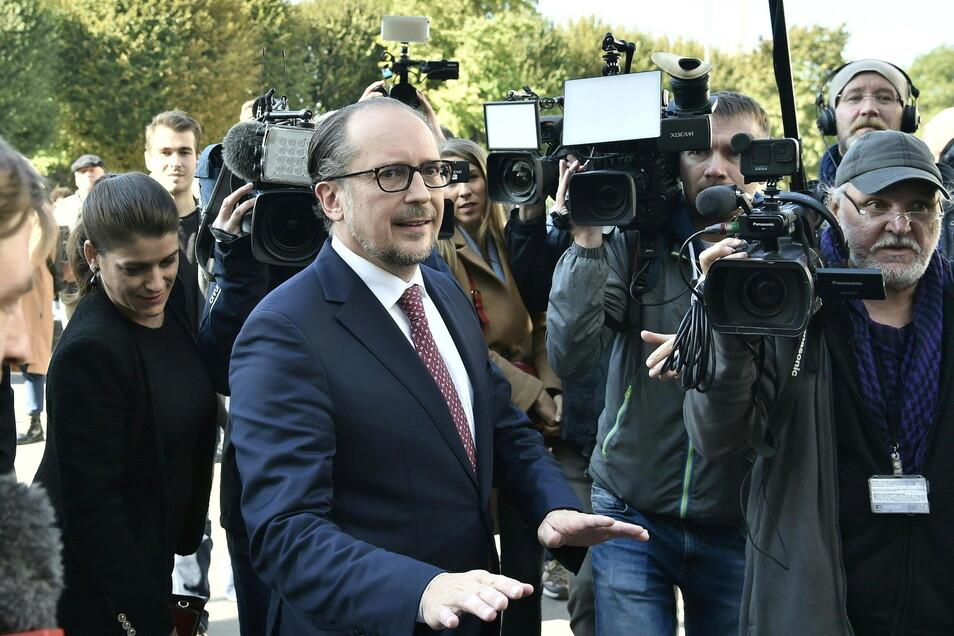 Alexander Schallenberg kommt zur Vereidigung als Bundeskanzler in die Präsidentschaftskanzlei.