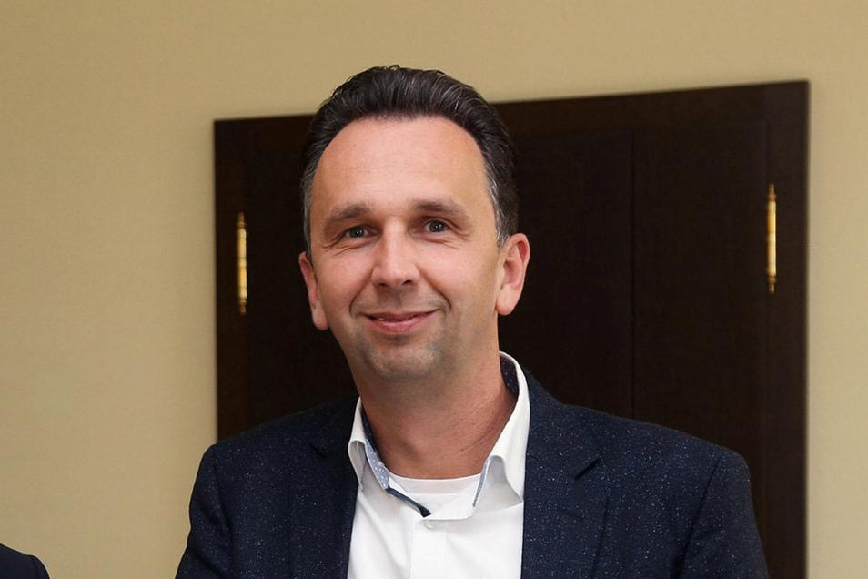Marco Müller (CDU) ist Oberbürgermeister von Riesa und am Freitag nach zweiwöchiger Quarantäne zum ersten Mal ins Rathaus zurückgekehrt.