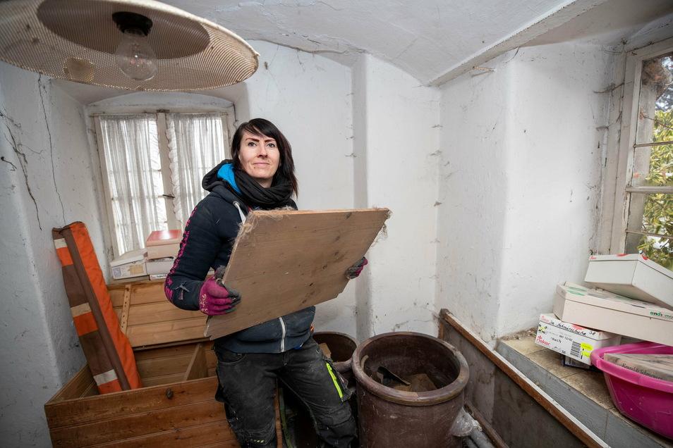 Cilly Freudenberg (37), beräumt im Untergeschoss ein Zimmer. Dort fand das Team auch drei große Tontöpfe, die früher zum Einlegen von Gurken und zum Fermentieren von Kohl genutzt wurden.