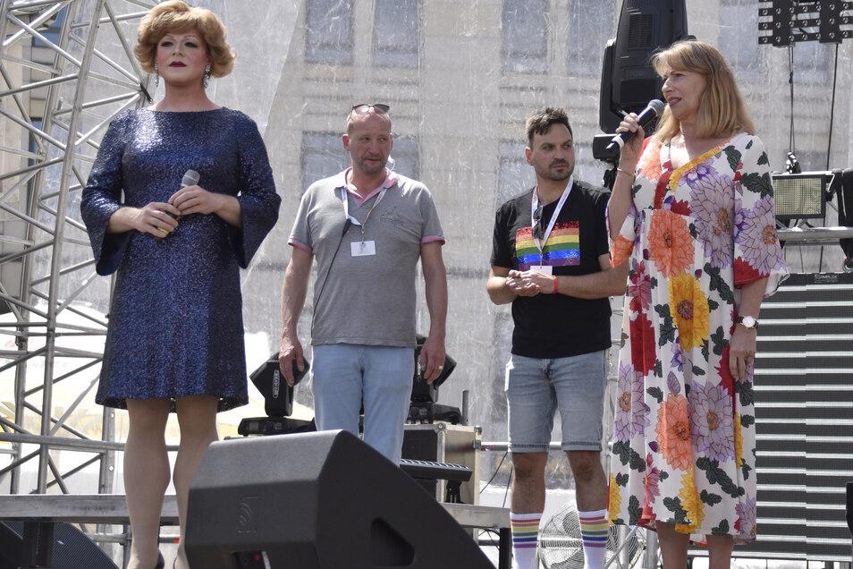 Ronald Zenker (im grauen Shirt) bei der Eröffnung des Christopher Street Day (CSD) am vergangenen Wochenende in Dresden. Mit dabei auch Sachsens Integrationsministerin Petra Köpping (rechts), deren Ministerium den CSD-Verein seit Jahren unterstützt.