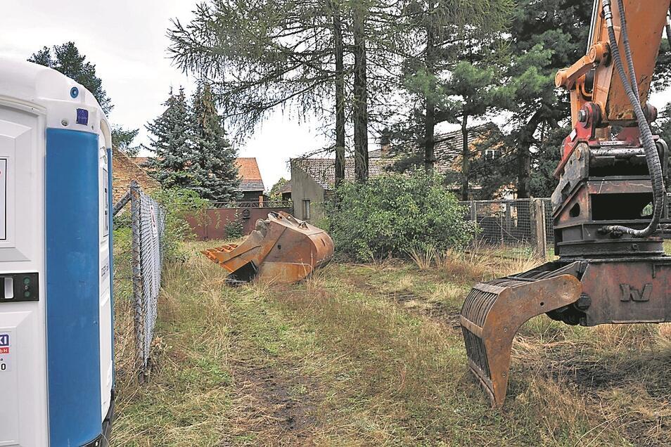 Innen wird erst einmal entkernt, aber hinter dem Haus warten bereits die großen Baumaschinen.