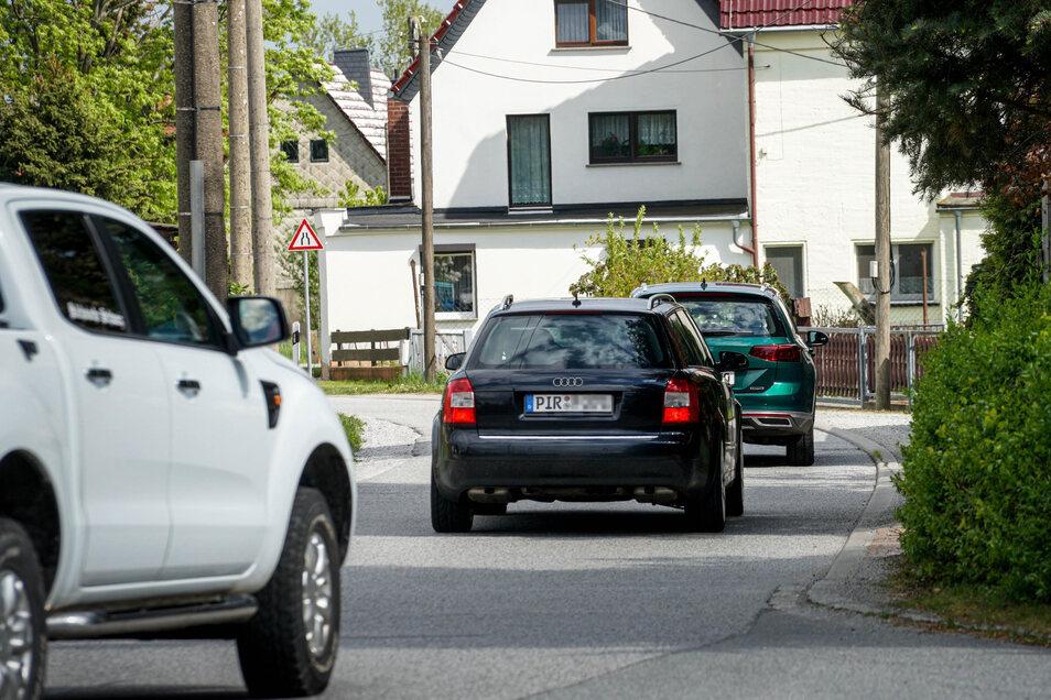 Im Berufsverkehr rollen die Fahrzeuge jetzt im Sekundentakt über die Niederdorfstraße in Rammenau.