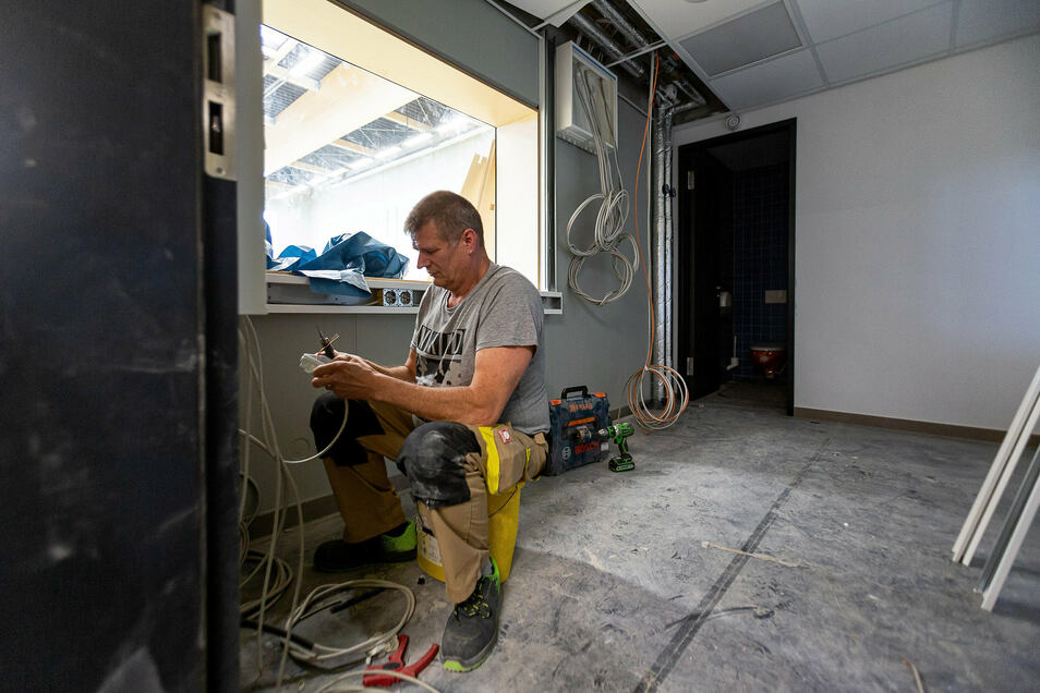 Die Halle verfügt über zwei Regieräume. Hier legt Hans-Jürgen Block gerade Kabel unter anderem für die Tontechnik. Die Halle ist mit Lautsprechern ausgestattet, sodass Wettkämpfe moderiert werden können.