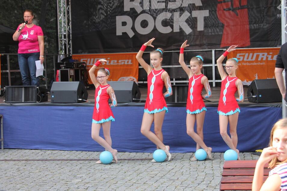 Der SC Riesa führt auf dem Kinovorplatz rhythmische Sportgymnastik auf. Auf der Bühne macht Abteilungsleiterin Sylvia Ruprecht die Ansagen.