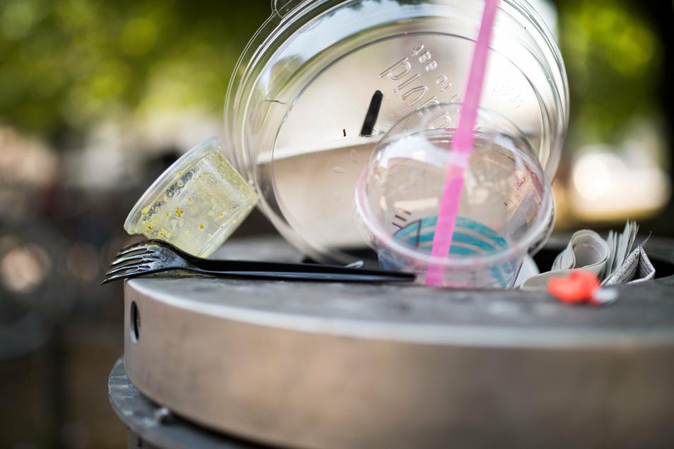 Um Plastikmüllberge zu vermeiden, sollen Einwegplastik-Artikel bald EU-weit verboten werden.