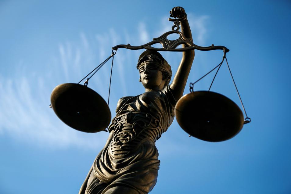 In der Justiz kennt sich der Mann aus. Früher war er Rechtsanwalt, später ist er Angeklagter.