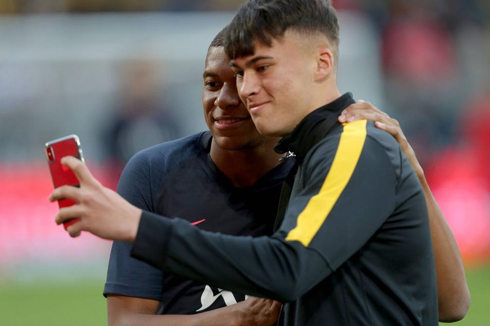 Dieser Balljunge hat es geschafft: Ein Selfie mit Weltstar Kylian Mbappe. Der Weltmeister aus Frankreich hat mit zwei Toren und drei Vorlagen in Dresden die Fans begeistert.