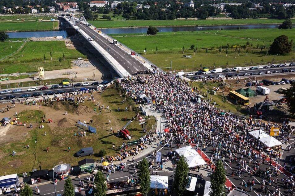Kurz bevor das Band auf der Altstadtseite zerschnitten wurde, säumten Hunderte Dresdner den Zugang zur Brücke.