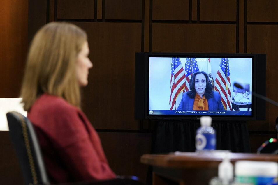 Kamala Harris (r), Vize-Präsidentschaftskandidatin der Demokraten, spricht per Video während einer Anhörung der Kandidatin Amy Coney Barrett (l) vor dem Justizausschuss des Senats.