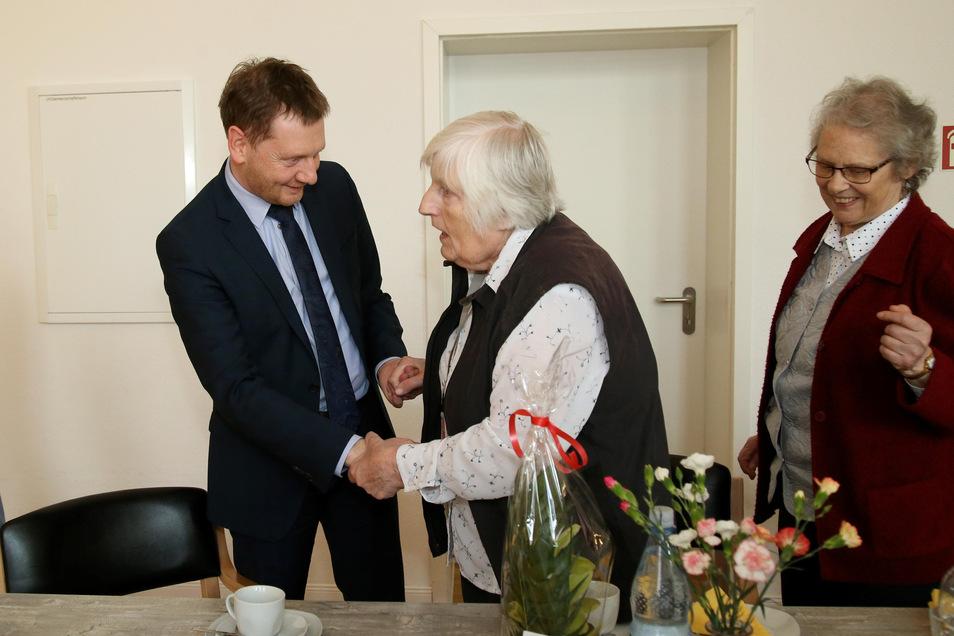 Michael Kretschmer trifft seine einstige Klassenleiterin Irmgard Schubert im Carolinum, einem Betreuten Wohnen in Rauschwalde. Rechts steht deren Freundin Ingeborg Rehn.
