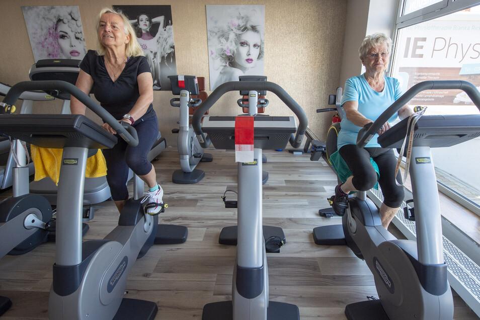 Strampeln mit Abstand: Erika Zimmer (l.) und Ingeborg Langsch beim Sport im Fitnessstudio am Montag.