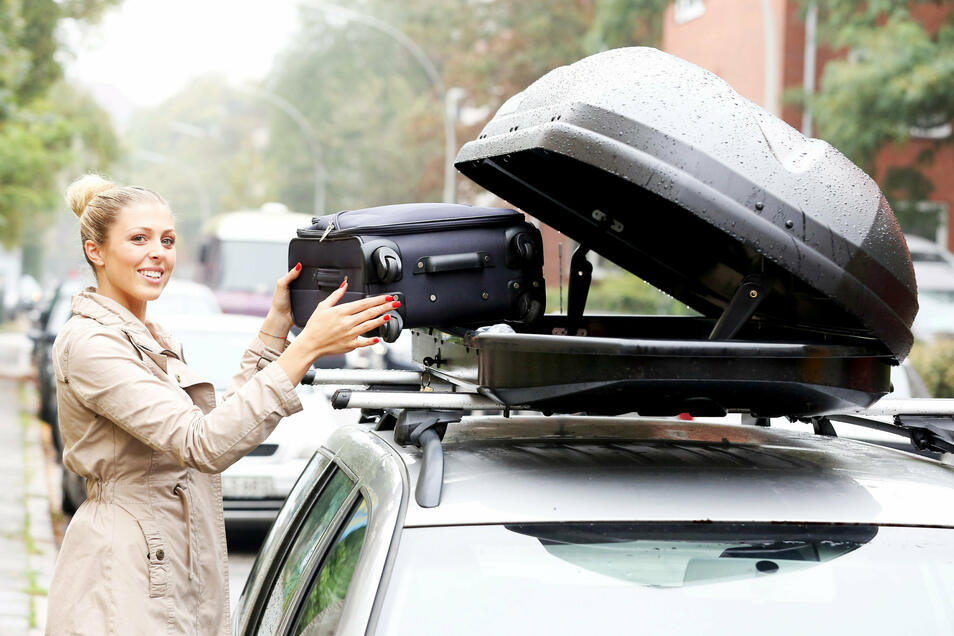 Praktisch ist es, wenn der Zugang zur Dachbox von zwei Seiten möglich ist. Doch sollte der Koffer nicht besser in den Kofferraum?