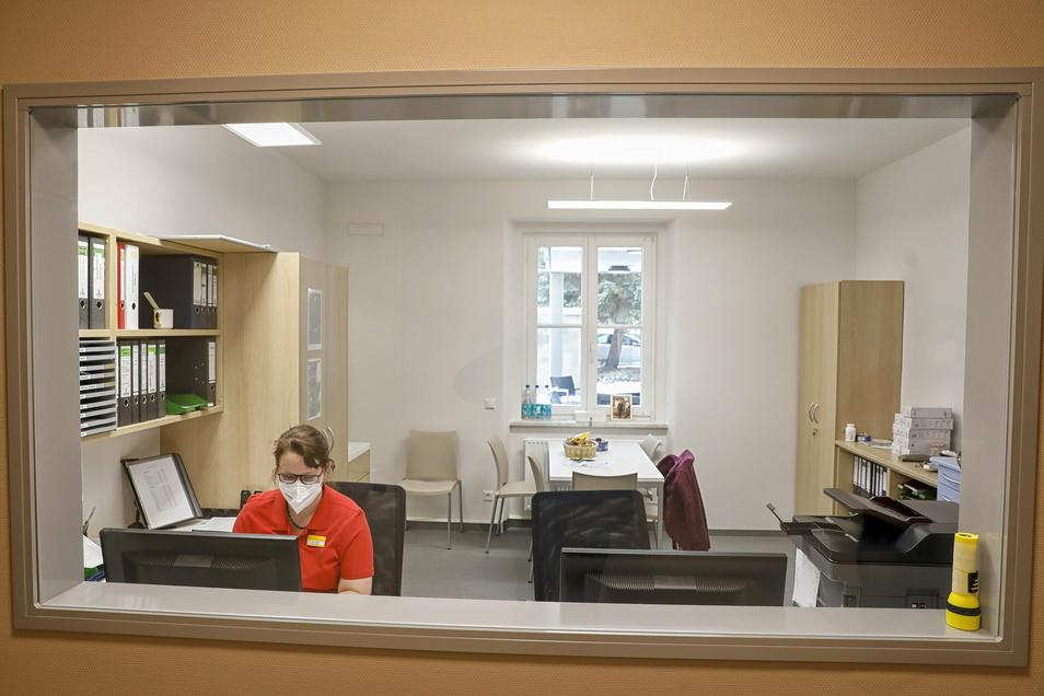 Pflegedienstleiterin Anja Scheibler in einem Dienstzimmer, über das ebenfalls jede Etage verfügt.