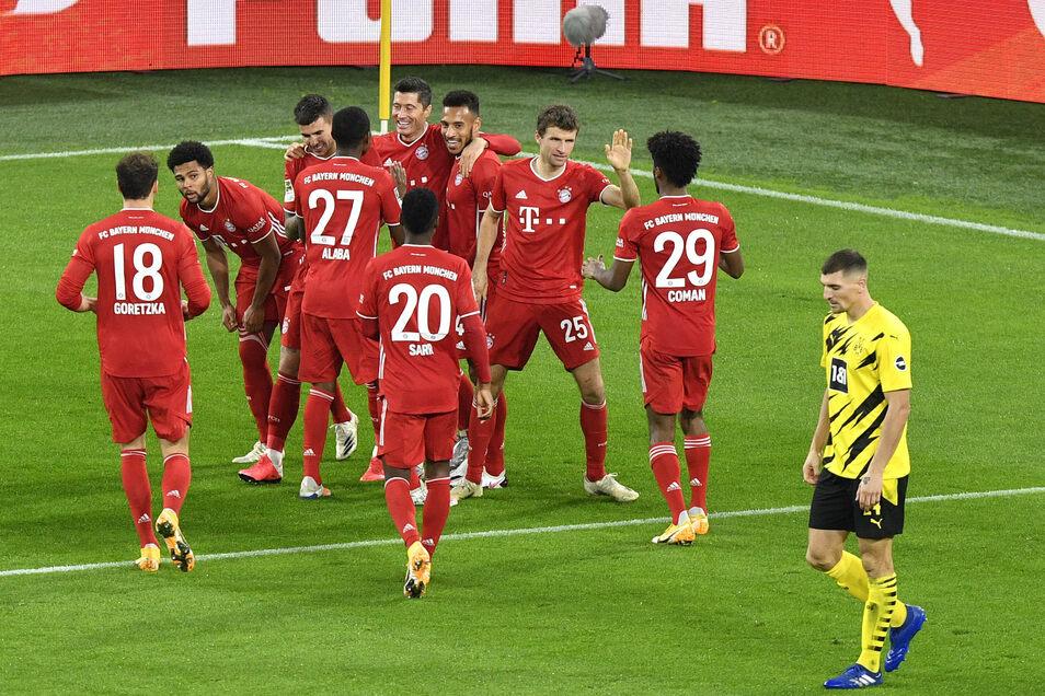 Und wieder mal feiern die Bayern, während Dortmund als bedröppelter Verlierer den Platz verlassen. Der Meister gewinnt das Spitzenspiel, wenn auch knapp.