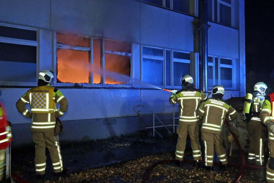 Die Feuerwehr hatte mehrer Stunden zu tun, um den Brand in Cossebaude zu löschen.