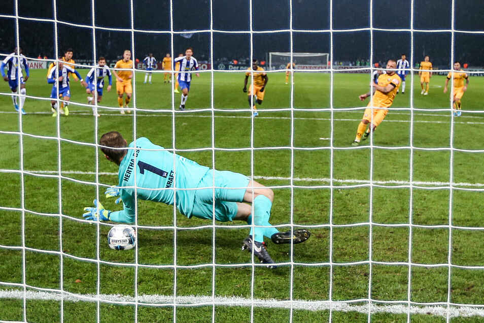 Hertha-Torwart Thomas Kraft ist beim Strafstoß von Patrick Ebert in der 90. Minute in der richtigen Ecke, aber...
