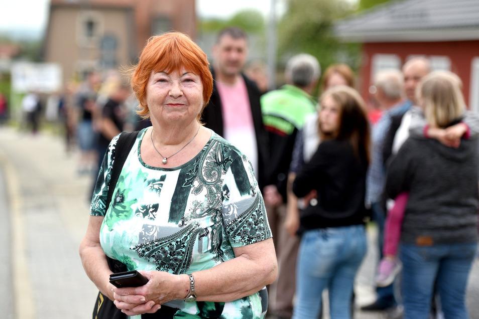 Hunderte Menschen haben sich am Sonntagvormittag für eine Stunde an die B96 gestellt und gegen Corona-Einschränkungen demonstriert - auch Uschi Micke aus Großschönau.