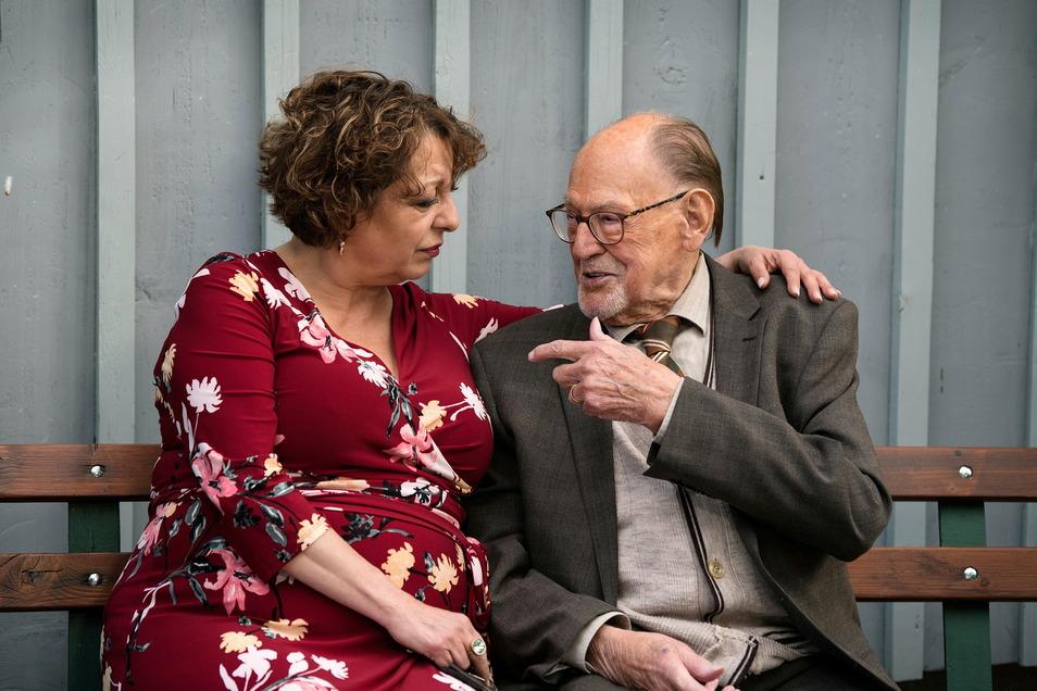 Die in Krause verliebte Fanny (Manon Strache) besucht ihren Vater (Herbert Köfer), der in Krauses  Senioren-WG lebt.