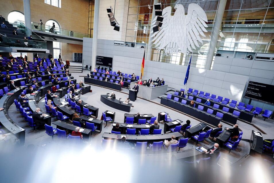 Jens Spahn (CDU), Bundesminister für Gesundheit, spricht bei der Sitzung des Bundestags.