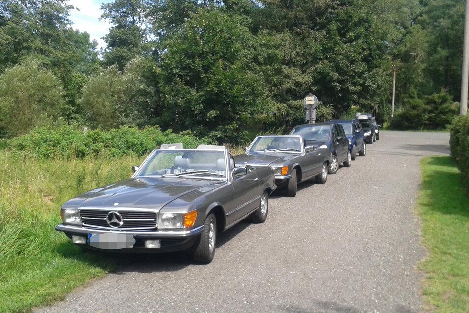In der Saison ein normales Bild. Am Straßenrand, auf Waldwegen, in engen Straßen parken Autos in der Böhmischen Schweiz.