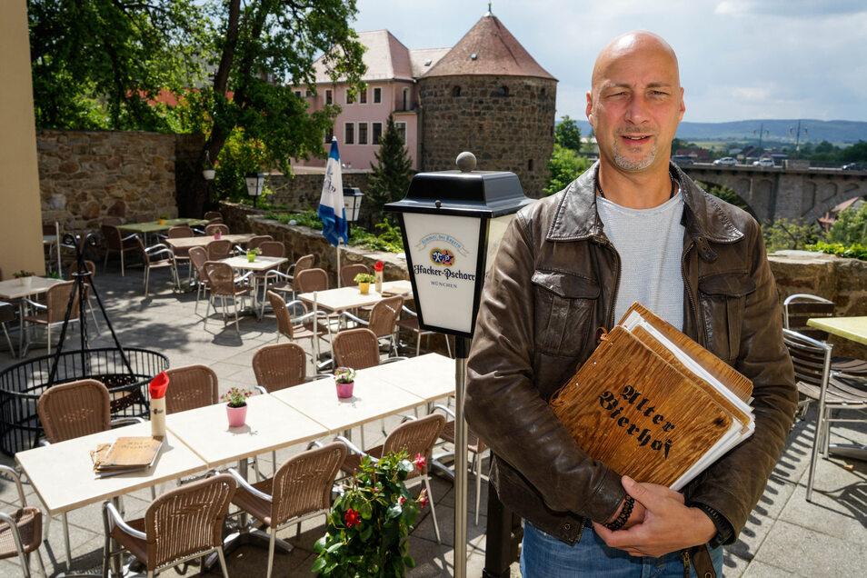 """André Domsch vom Alten Bierhof in Bautzen hat die Speisekarte der Corona-Krise angepasst. Unter dem Motto """"Kulinarisches nach der Ausgangssperre"""" gibt es jetzt zum Beispiel Vitamine fürs Immunsystem."""