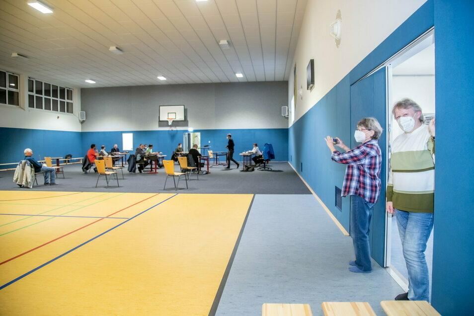 Helga Mirle und Barbara Fitze besuchten am Montag die öffentliche Sitzung des Gemeinderates, um sich ein Bild von der neu gebauten Sporthalle zu machen. Denn im Inneren ist die Sportstätte fertig gebaut.