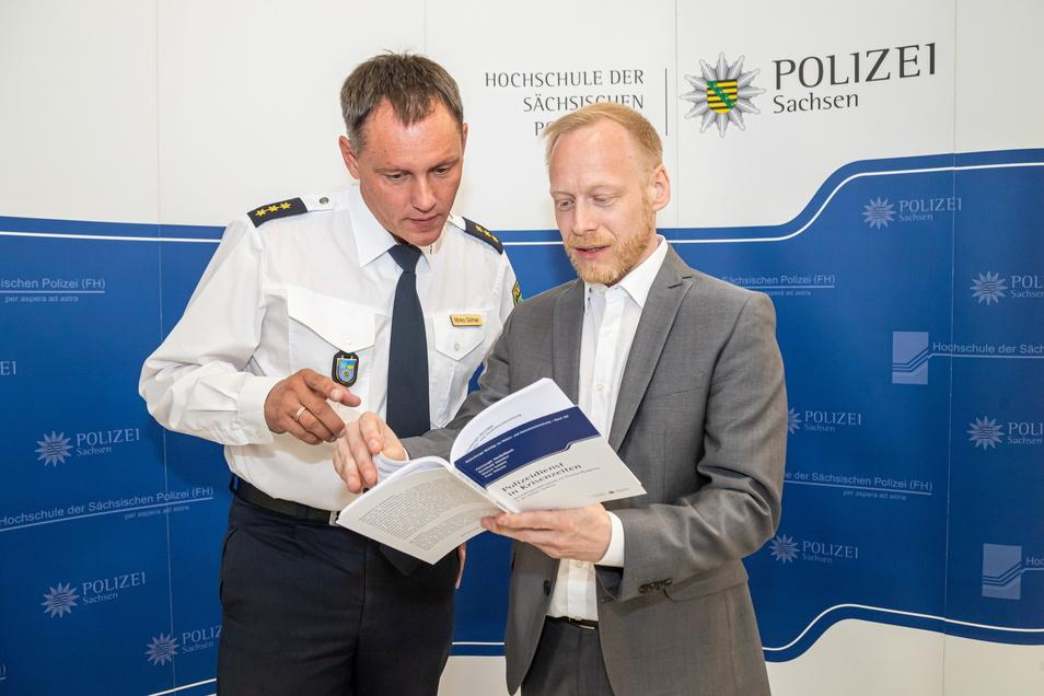 Mirko Göhler, kommissarischer Rektor der Rothenburger Polizeihochschule, und Christoph Meißelbach, einer der Autoren der Studie, wollen die Ergebnisse in die Ausbildung der künftigen Kommissare einfließen lassen.