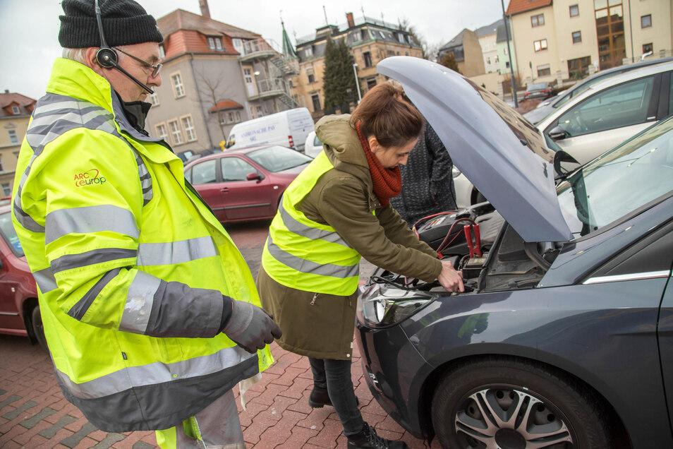 Ein Auto will in Löbau nicht mehr weiter. Leichte Übung für Thomas Sander. Was in einem solchen Fall zu tun ist, zeigt er Redakteurin Susanne Sodan.