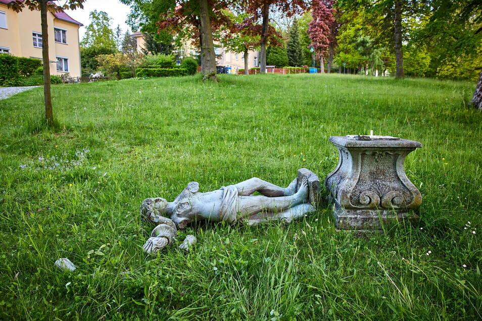 Im Mai haben Vandalen im Goethe Park in Bad Gottleuba eine Statue vom Sockel gestürzt. Dabei ging die Figur teilweise kaputt.
