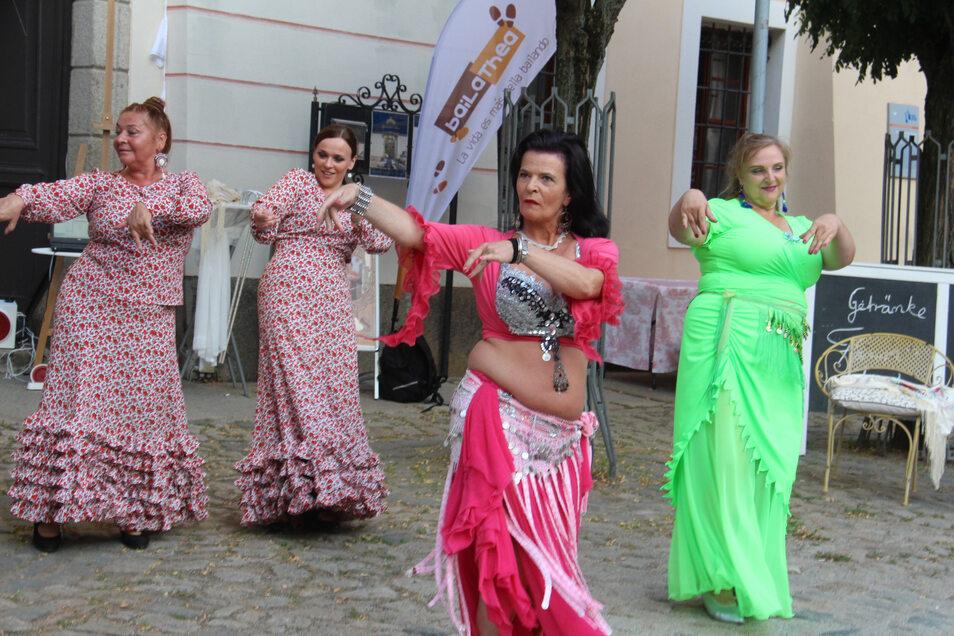 Tierra Flamenco heißt die Tanzgruppe aus dem polnischen Boleslawiec (Bunzlau), die sich nicht nur dem spanischen Nationaltanz, sondern auch dem orientalischen Bauchtanz verschrieben hat. Vor dem Gersdorffschen Palais begeisterten die Tänzerinnen die Zuschauer. Eingeladen hatte die Tänzerinnen Hans Groth, der von seinen Fahrradabenteuern auf dem Jacobsweg berichtete.