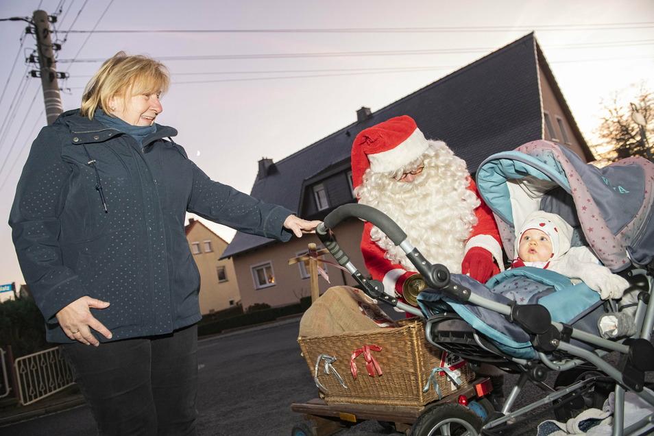 Heike Gebhardt kam mit Enkeltochter Klara im Kinderwagen an die Hauptstraße, weil sie die Weihnachtsmannglocke klingeln hörte.
