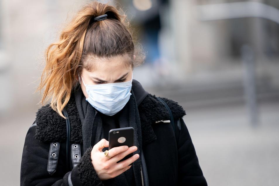 Soziales Netzwerk oder Risikogruppe? Mit Hilfe von Dresdner Technik sollen Smartphone-Besitzer informiert werden, wenn sie sich in der Nähe eines Corona-Infizierten aufgehalten haben.