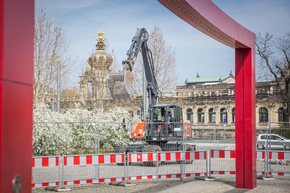 Bagger arbeiten derzeit auch gegenüber vom Zwinger. Vor dem Schauspielhaus wird die Promenade neu gestaltet.