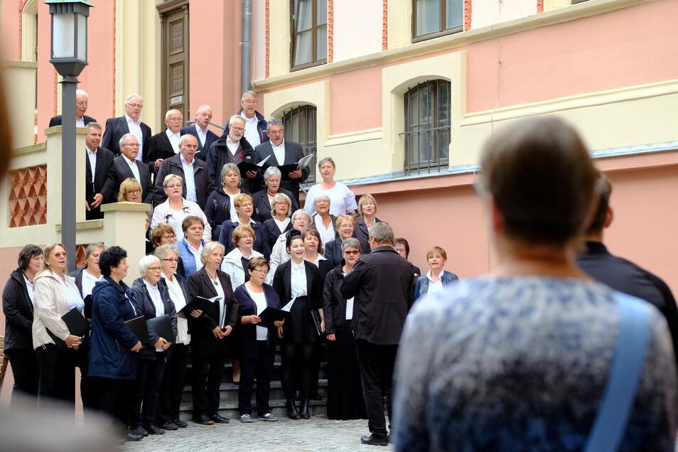 39 Chöre aus drei Ländern traten beim Chorfestival in Meißen auf. An verschiedenen Stellen in der Innenstadt brachten sie in 110 Konzerten die Stadt zum klingen. Der Chorverein Kurort Rathen e.V. suchte sich dafür den Innenhof der Roten Schule aus.