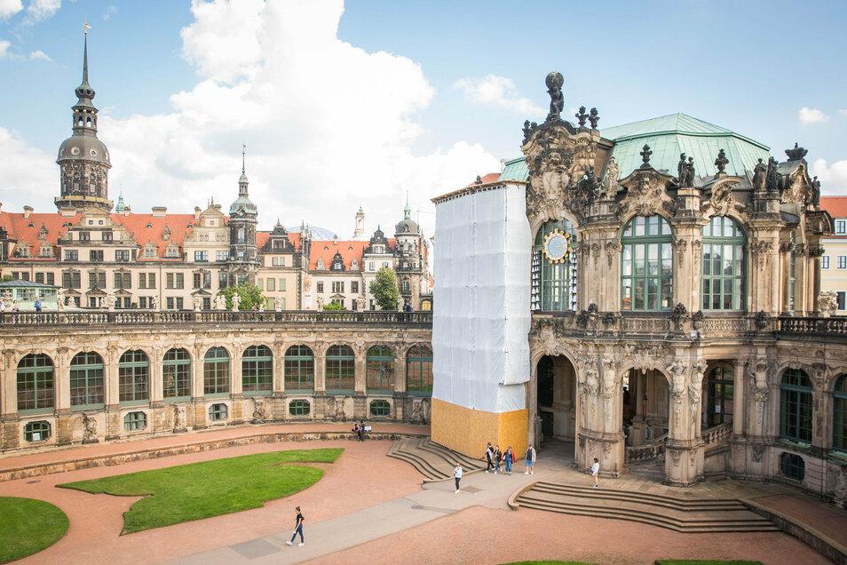 Im Zwingerhof ist ein Teil der Fassade des Glockenspielpavillons verhüllt. Dort führen Fachleute aufwendige Arbeiten am Sandstein aus.