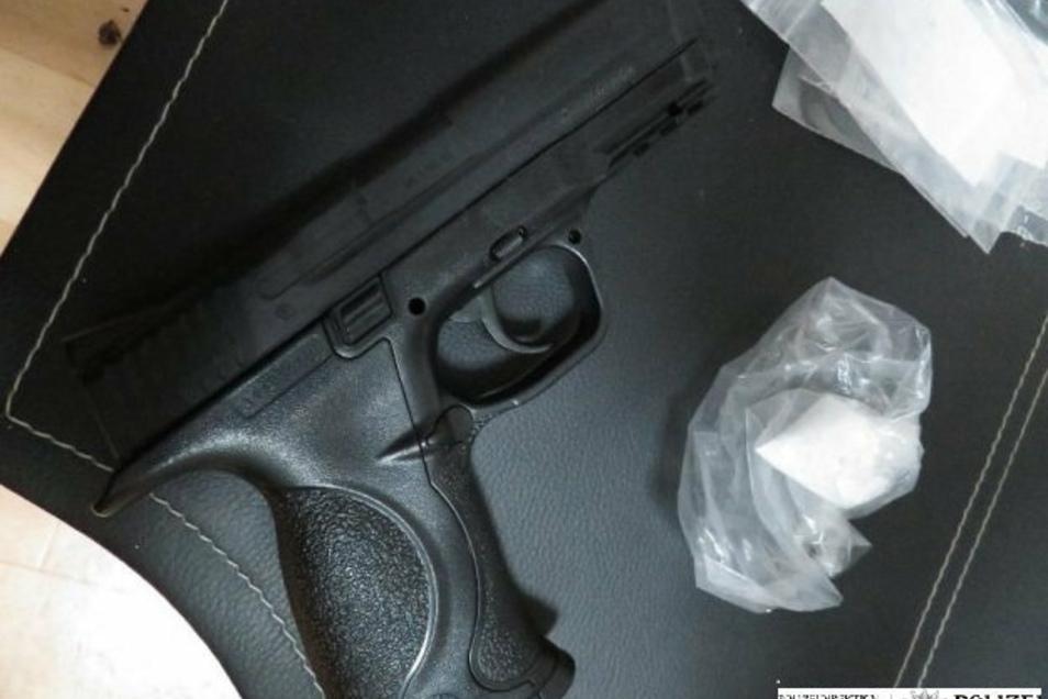 Diese Softairpistole haben die Polizisten bei der Durchsuchung der Wohnung gefunden.