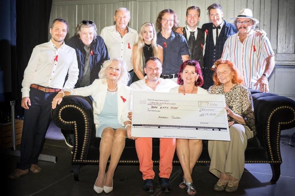 Übergabe des Spendencheck an Viola Klein