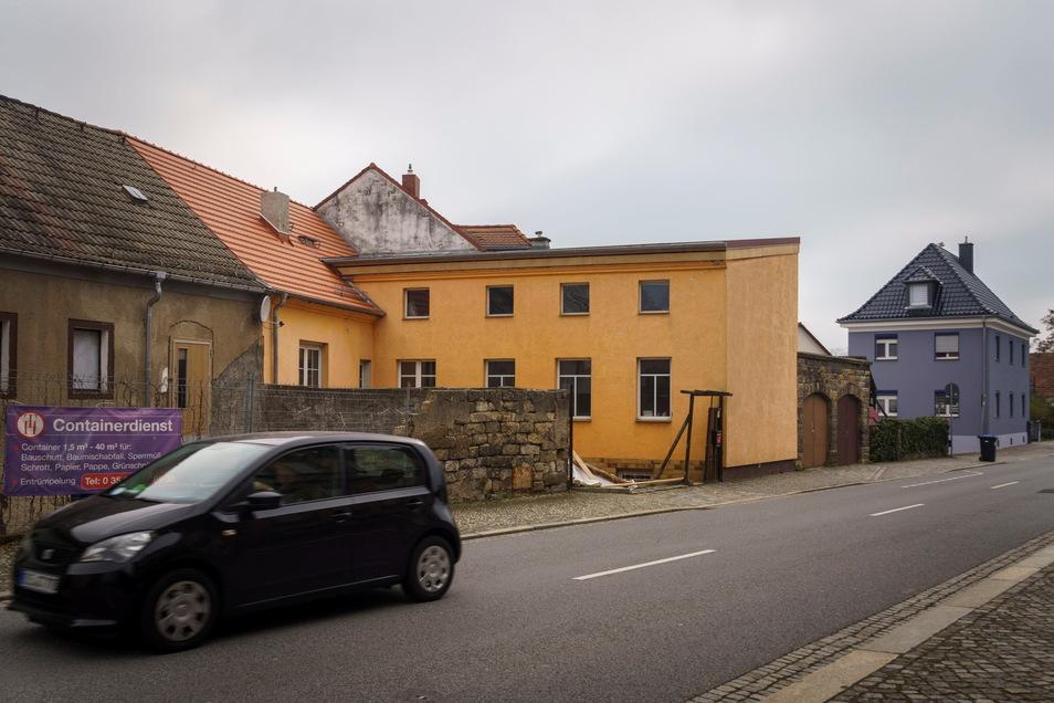 Die Gebäude mit der orangenen Fassade wirken von der Meißner Straße äußerlich schon fertig. Die Dächer wurden auch kürzlich saniert. Drinnen findet jedoch haben die neuen Eigentümer weiter viel Arbeit vor sich.