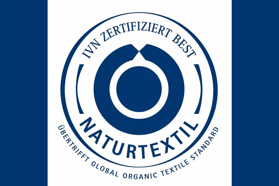 Naturtextil IVN zertifiziert BEST: Eines der strengsten Siegel für Textilien. Geprüft und zertifiziert werden die umweltverträgliche und sozial verantwortliche Herstellung und Verarbeitung von Naturtextilen. Verwendung nur erlaubt, wenn alle Produktionsstufen zertifiziert sind.