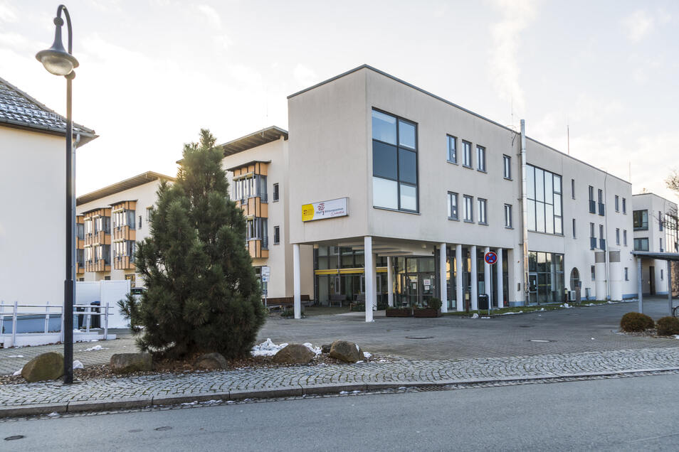 Das ASB-Pflegeheim Weidenblick in Gröditz. Am linken Bildrand die einstige ASB-Geschäftsstelle, in der bald Corona-Schnelltests stattfinden sollen.