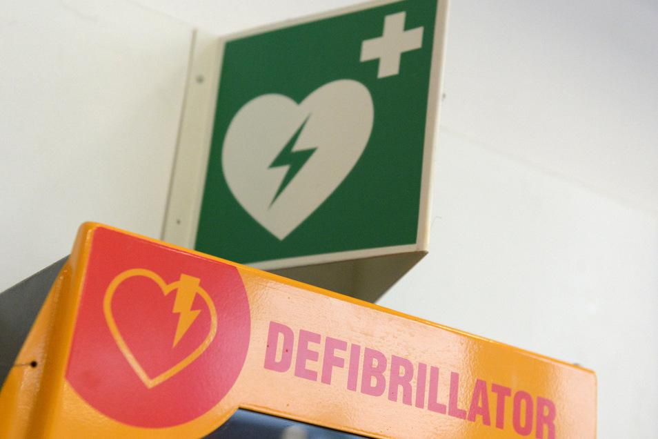 Ein Defibrillator soll dank der Spende künftig allen Gemeindefeuerwehren zur Verfügung stehen.