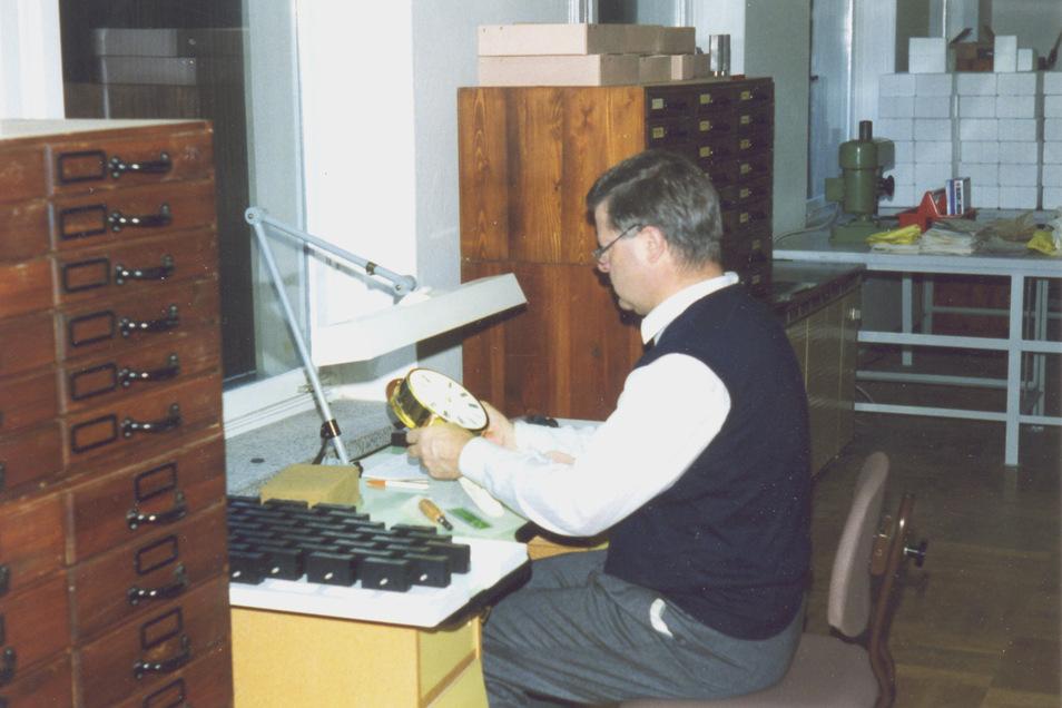 1994 gründete Hans-Jürgen Mühle eine Firma, die Schiffsuhren baut. Dieses Foto stammt aus dem Jahr 1998.