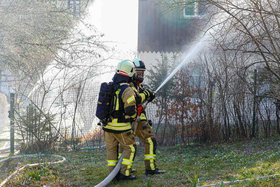 Erst am frühen Abend haben die Feuerwehr-Kameraden den Großbrand unter Kontrolle.