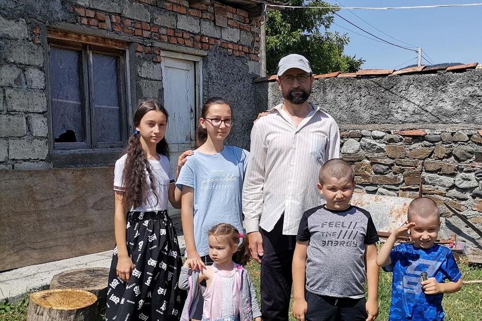 Die kleinen Kinder sprechen nicht mal georgisch: Familie Pareulidze vor dem Haus ihrer Großeltern in Birkiani bei Akhmeta . Die gut integrierte Familie wurde aus Meißen abgeschoben.