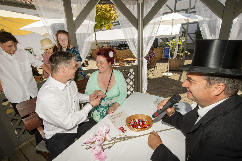 Heiko und Gabriela aus Döbeln haben sich im Sonnenhof Ossig vom Standesbeamten DJ Olli für einen Tag trauen lassen. Es war eine Probe. Die beiden planen, im nächstes Jahr richtig zu heiraten.