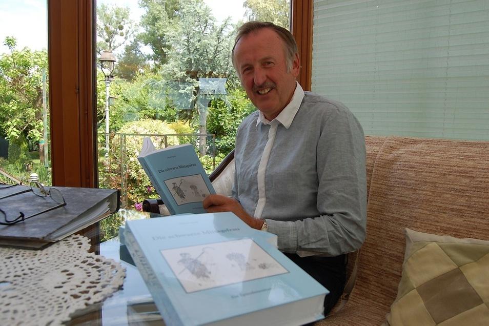 Erhard Spank freut sich, dass sein erstes Buch nun zu haben ist – und schreibt schon am zweiten.