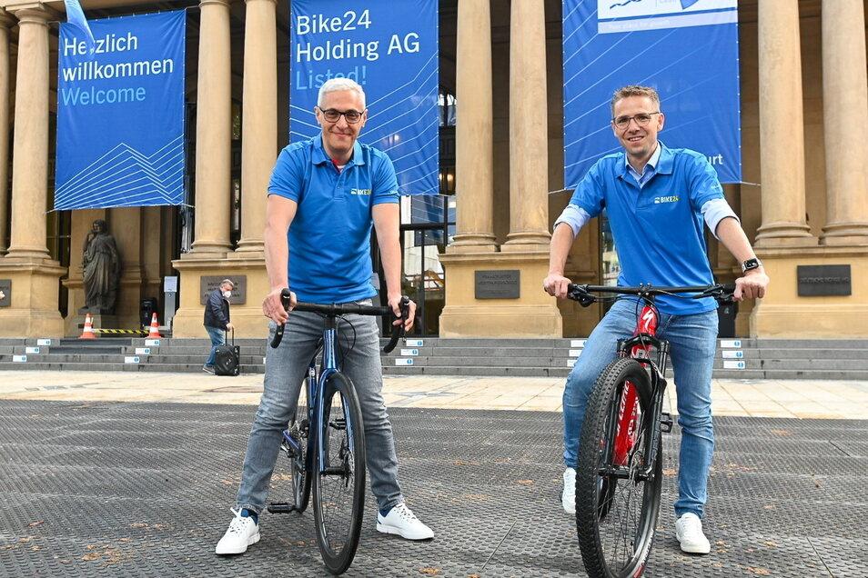 Der Gründer und CEO des Online-Fahrradspezialisten Bike24, Andres Martin-Birner (l), und CFO Timm Armbrust stehen mit Fahrrädern vor dem Börsensaal der Deutschen Börse AG.