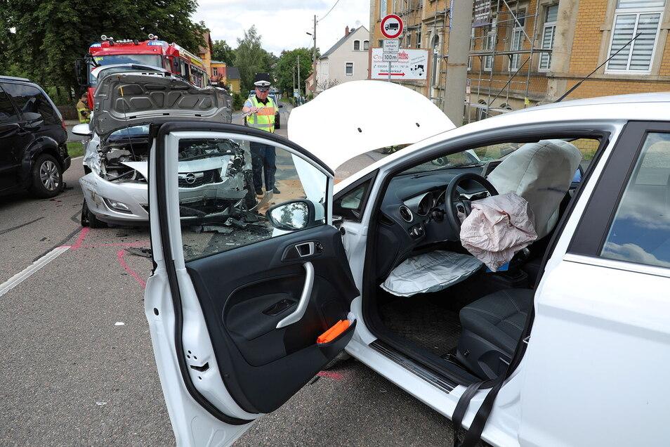 Der demolierte Fiesta nach dem Unfall in Wilsdruff. Auch am Opel Astra im Hintergrund entstand Totalschaden.