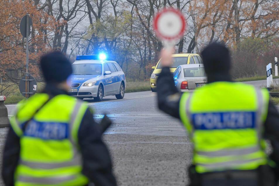Bei ihren Kontrollen sind Bundespolizisten vielen Gefahren ausgesetzt.