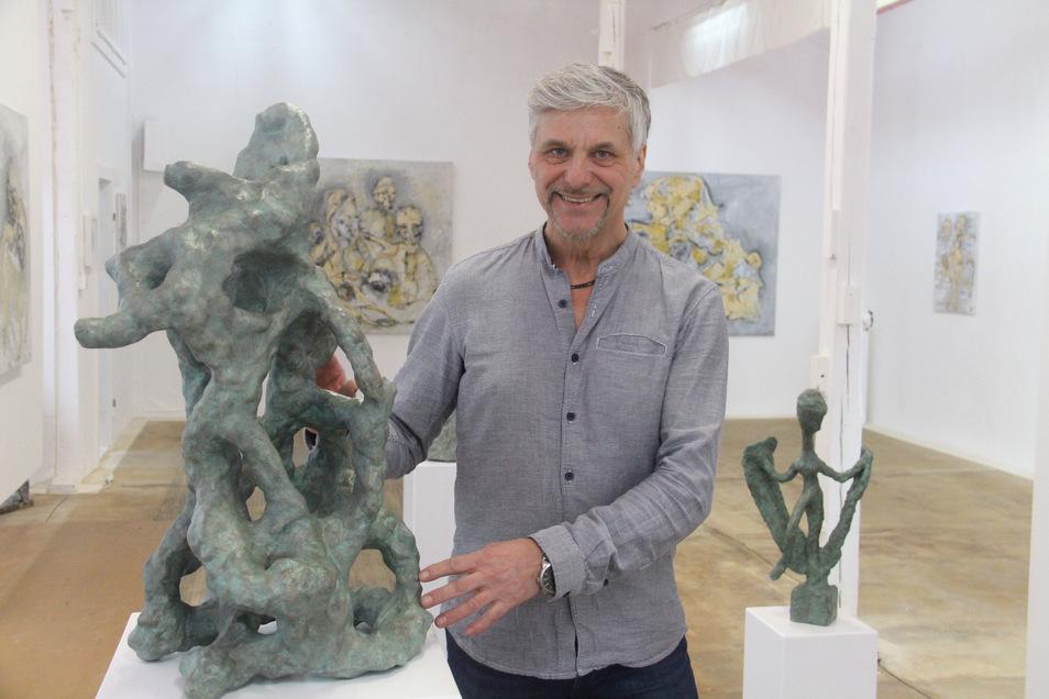 In seiner Ausstellung in der Galerie Flox in Kirschau zeigt Tom Glöß auch Skulpturen aus Beton. Durch einen speziellen Anstrich wirken sie, als seien sie aus Bronze. Zurzeit ist die Schau aber nicht zu besichtigen.